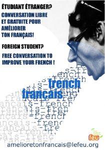 un homme invite les étrangers pour les aider à améliorer leur français