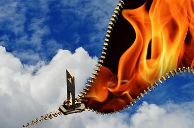 fermer la fermeture éclair du ciel cache les flammes