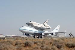 un avion porte une fusée