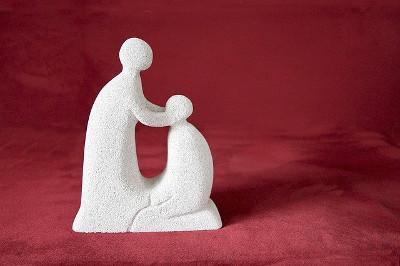 une statue avec un personnage consolant un autre