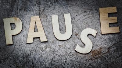 des lettres en bois écrivent le mot pause