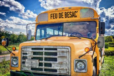 un bus scolaire indiquant feu de besac