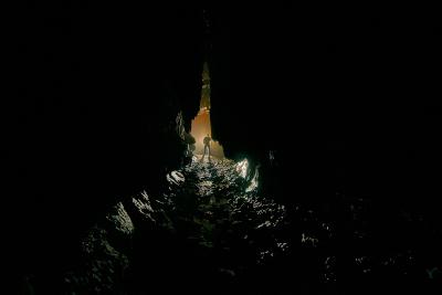 un homme entre dans une grotte