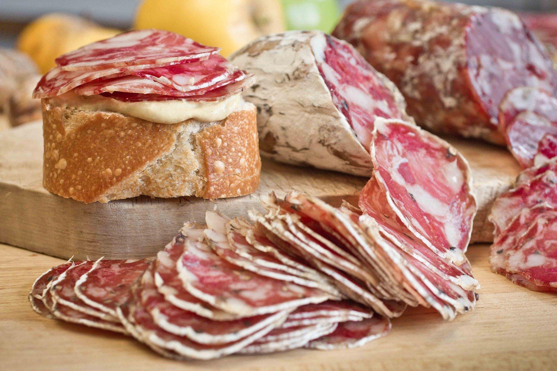des tranches de pain et de saucisson