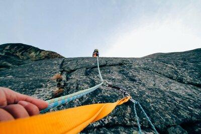 la corde de rappel que voit le grimpeur au-dessus de lui