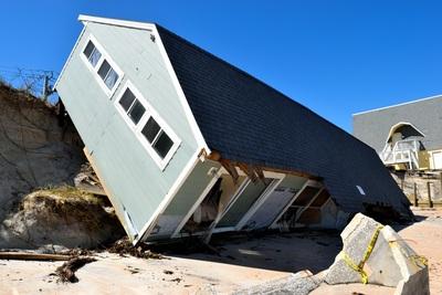 une maison renversée par un ouragan